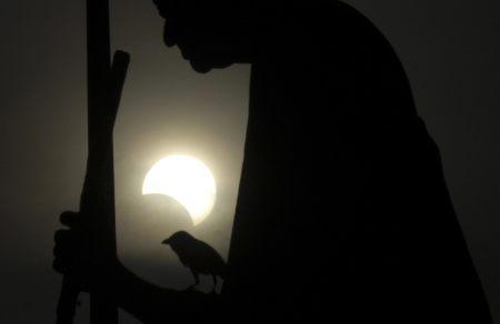 Eclipse solaire partielle derriere la statue du Mahatma Gandhi à Chennai (Inde)